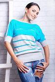 Donna graziosa del brunette in jeans strappati — Foto Stock