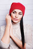 Pretty brunette woman in warm hat — Stock Photo
