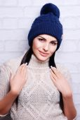 Beautiful woman in knitted hat — ストック写真