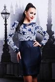 Vrouw in stijlvolle jurk — Stockfoto
