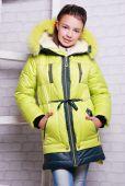 Malá holčička v zimním kabátě — Stock fotografie