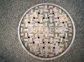 Vanted Manhole Sewer Main Cover Asphalt Side Street Water Drain — Zdjęcie stockowe