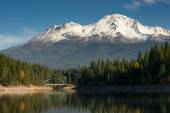 Mt Shasta Reflection Mountain Lake Modest Bridge California Recreation Landscape — Foto de Stock