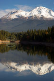 Mt Shasta Reflection Mountain Lake Modest Bridge California Recreation — Foto Stock