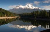 Mt Shasta Reflection Mountain Lake Modest Bridge California Recreation Landscape — Foto Stock