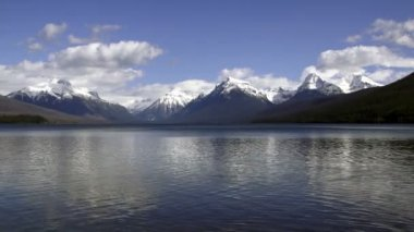 Static Shot Lake McDonald Water Shimmering Fast Glacier National PArk Peaks — Stock Video