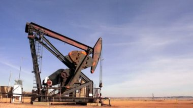Texas Oil Pump Jack Fracking Crude Extraction Machine — Stock Video