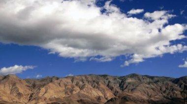 Doux nuages blancs passent par la Californie White Mountain Peak — Vidéo