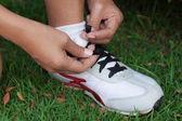 Corredor amarrando o tênis. — Foto Stock