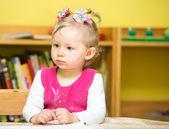 Kind meisje tekenen met kleurrijke potloden — Stockfoto