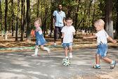 Crianças brincando com bola de futebol — Fotografia Stock