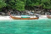 Traditional longtail boat in bay on Phi Phi Island, Krabi,Thailand beach, Phuket — Stock Photo