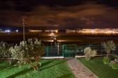 Upscale hotel and Inviting Courtyard and garden at night on lake Titikaka, Peru in South America — Stok fotoğraf