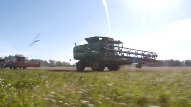Harvesters go into the field to harvest — Stock Video
