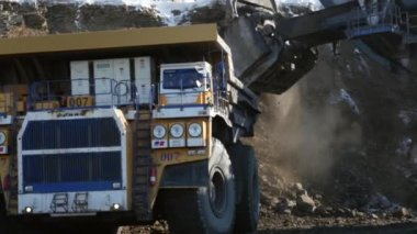 Excavator loads a truck — Stock Video