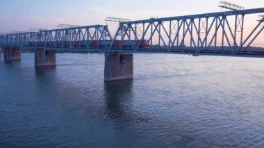 Järnvägen överbryggar över floden Ob — Stockvideo