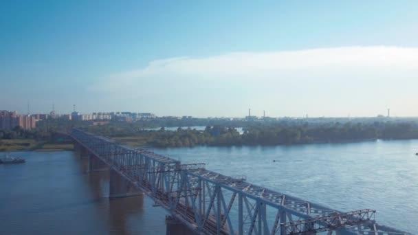 Puente ferroviario sobre el río Ob — Vídeo de stock