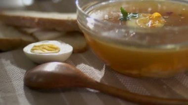 Hete soep in een glazen kom — Stockvideo