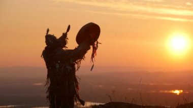 Khakas shaman  performs ritual at sunrise — Stok video