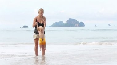 Child with mother on beach — Stock Video