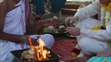 Brahman prepares sticks for wedding ceremony — Stock Video