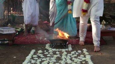 Bride and groom walk around sacred fire — Stock Video