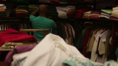 女性の店で服を選ぶ — ストックビデオ