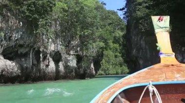Small boat sailing in lagoon among rocks — Stock Video