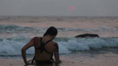 Girl Performers dance acrobatic stunts in water — Stock Video