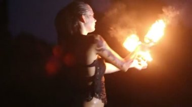 Artist turns the fire palm torches performance — Stock Video