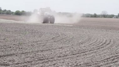 Tractor plowing the black earth plow field — Stock Video