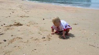 Little girl on beach — Stock Video