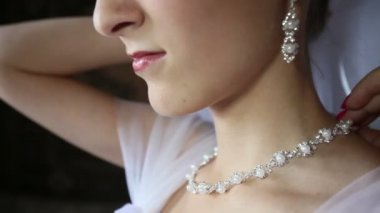 Bride fastens necklace — Stock Video
