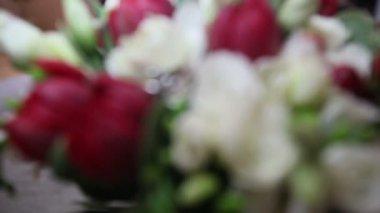 Wedding rings on roses — Stockvideo