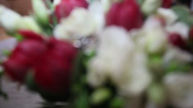 Trouwringen op rozen — Stockvideo
