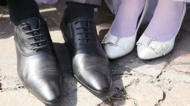 花嫁および新郎の結婚式の靴 — ストックビデオ
