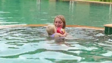Kind und Mutter im pool — Stockvideo
