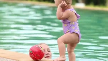 Baby and mother in pool — ストックビデオ