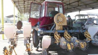 People at tractors — Vídeo de Stock