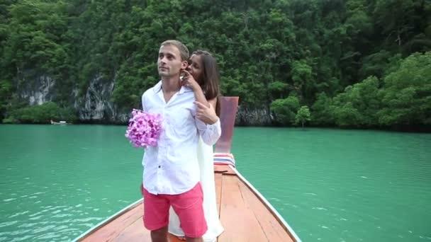La novia abrazar a su novio — Vídeo de stock