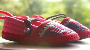 Knitted baby shoes — Stock Video