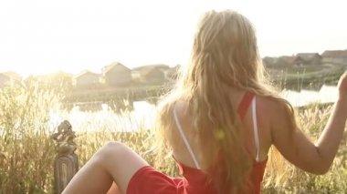 Young woman near lake — Stock Video