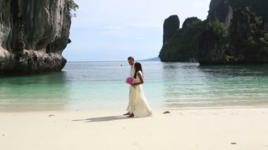 Couple on tropical beach — Stock Video