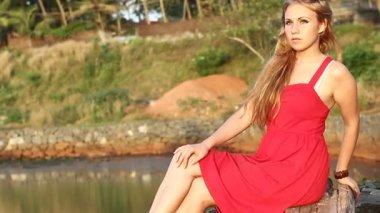 Beautiful woman near lake — Vídeo de stock
