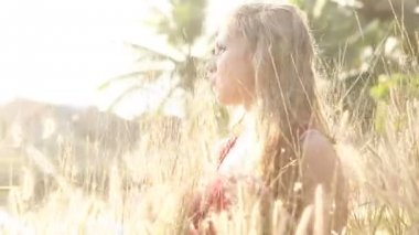 Girl  in tall grass — Stock Video