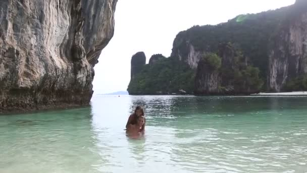 Pareja en playa tropical — Vídeo de stock