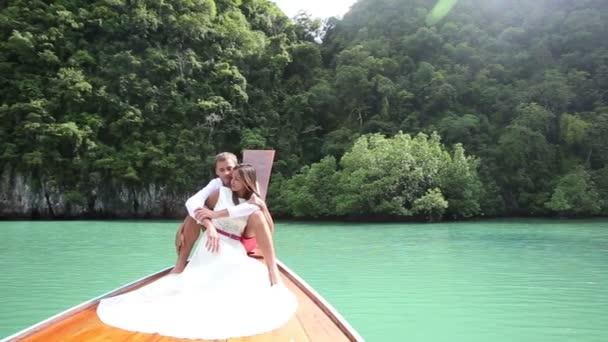 Pareja de luna de miel en barco — Vídeo de stock