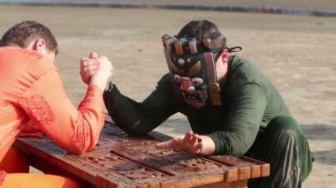 Two men armwrestling — Stock Video