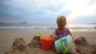 海滩上的孩子游戏 — 图库视频影像