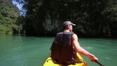 Man rowing kayak — Vidéo